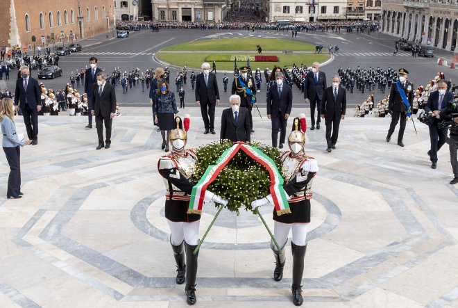2 Giugno 2021. Festa della Repubblica, il presidente Sergio Mattarella depone una corona d'alloro all'Altare della Patria