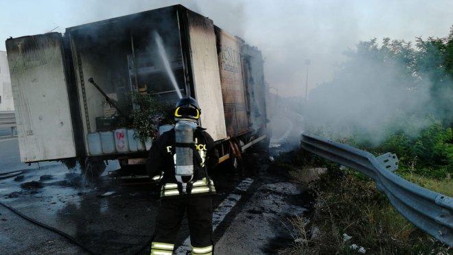 San Giorgio del Sannio. Camion in fiamme sul raccordo Benevento - Castel del Lago