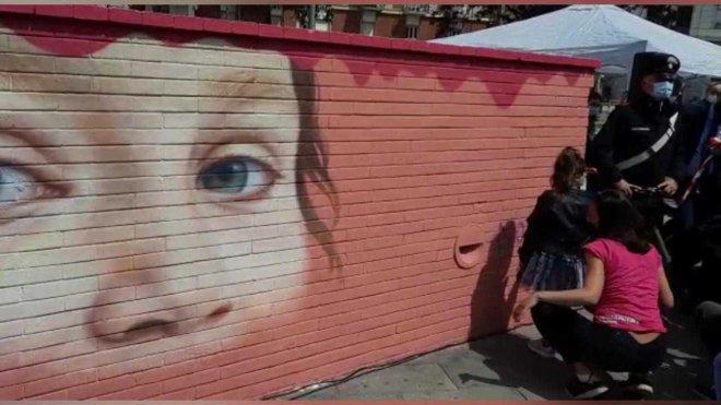 Napoli. Noemi, la bimba ferita in un agguato di camorra, firma il murale a lei dedicato a piazza Nazionale