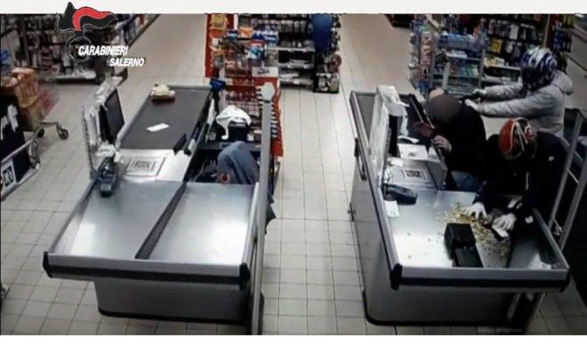 Salerno. Filmato dei Carabinieri - Rapina a mano armata in un supermercato di Nocera Superiore