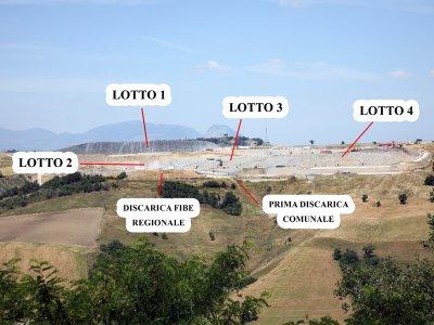 Una foto della discarica di Sant'Arcangelo Trimonte con la mappa dei lotti