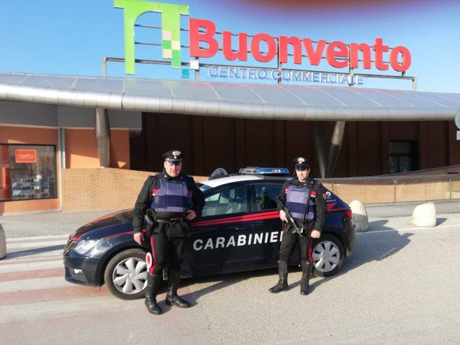 Carabinieri presso il centro commerciale Buonvento