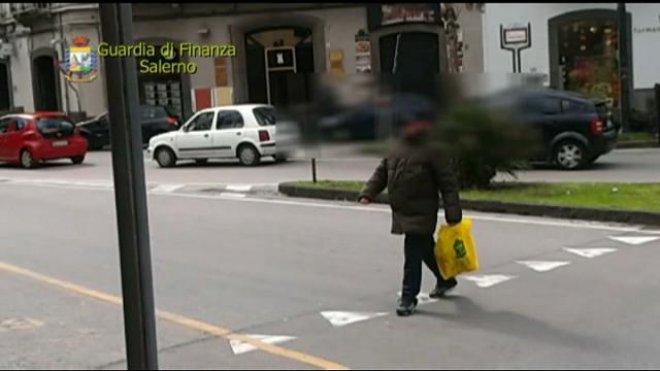 Finto cieco, prendeva l'autobus e aiutava gli anziani a salire