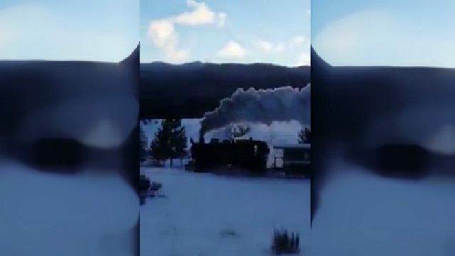Calabria, la locomotiva a vapore sbuffa sulla neve della Sila