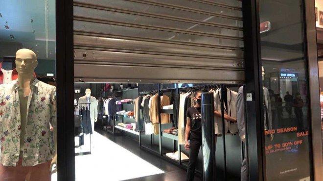 I negozi dei centri commerciali abbassano le saracinesche per protestare contro le chiusure nei week end