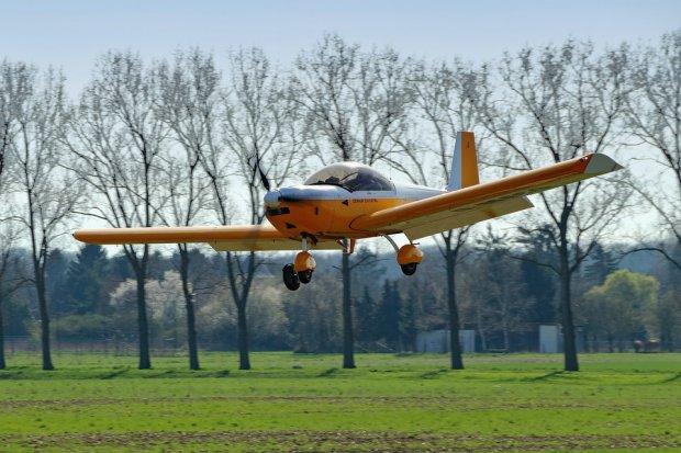 Aereo precipita, pilota e passeggero salvi grazie a paracadute