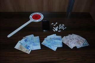 Operazione antidroga. Dosi di cocaina e banconote sequestrate (foto di archivio)