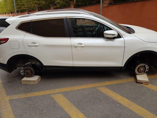 Furto pneumatici via Bucciano