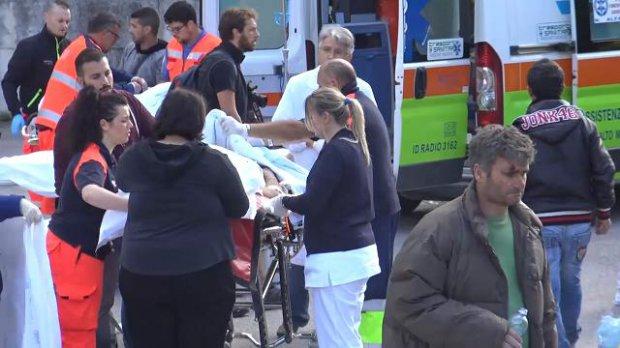 Terremoto, barelle e sfollati davanti all'ospedale di Amatrice