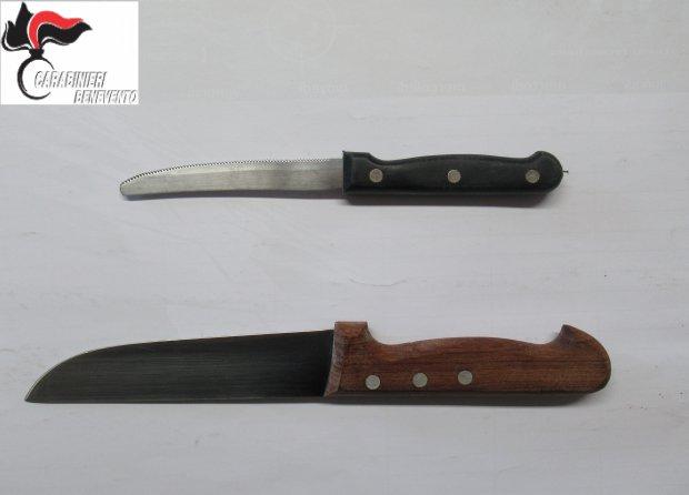 Minaccia la moglie con coltelli da cucina: arrestato