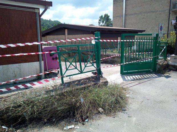 Scuola Papa Orsini, cancello divelto