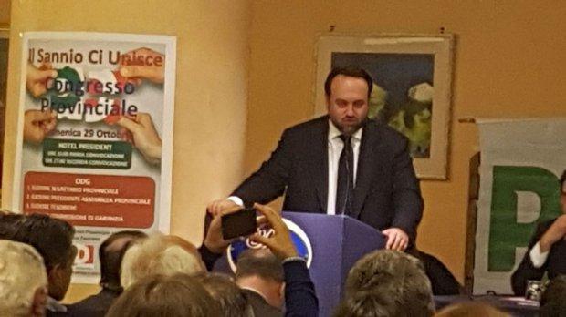 Carmine Valentino durante la relazione congressuale che lo ha riconfermato alla guida del PD sannita (2017)