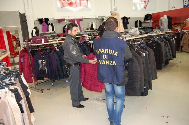 cd56a49db30f ... capi d'abbigliamento contraffatti del valore complessivo di 700mila euro.  Tre le persone denunciate all'Autorità Giudiziaria, che dovranno rispondere  ...