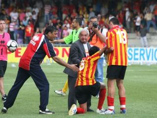 Benevento-Crotone: Soda e Ciro Vigorito consolano Cejas a fine partita