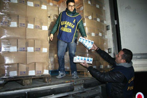 Contrabbando, maxi sequestro e processo per direttissima: multa di 18 milioni di euro