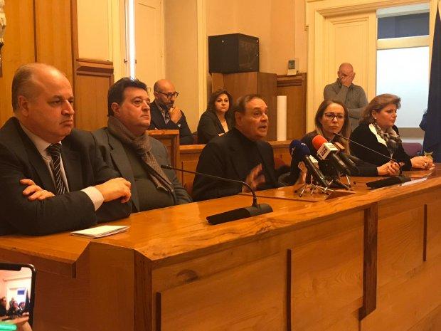 Clemente Mastella in conferenza stampa sulla questione della chiusura delle scuole Bosco Lucarelli e Moscati