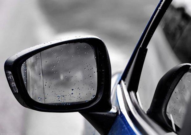 Specchietto retrovisore (foto di archivio)