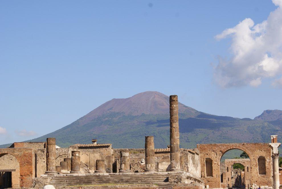 Parco archeologico di Pompei (Napoli) - sullo sfondo il Vesuvio