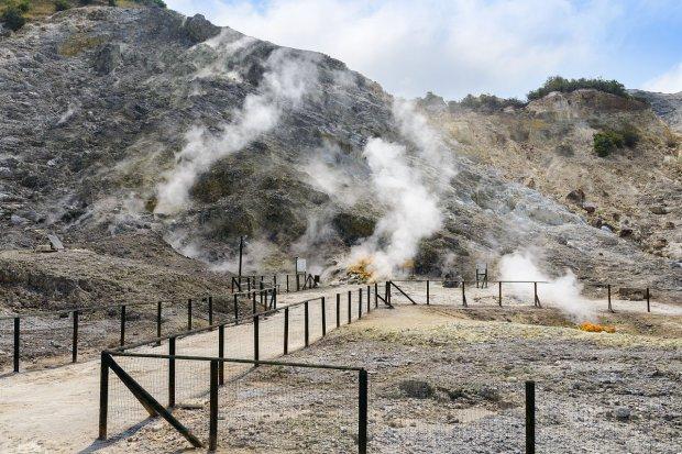 Tragedia a Pozzuoli: famiglia veneziana cade nel cratere della Solfatara