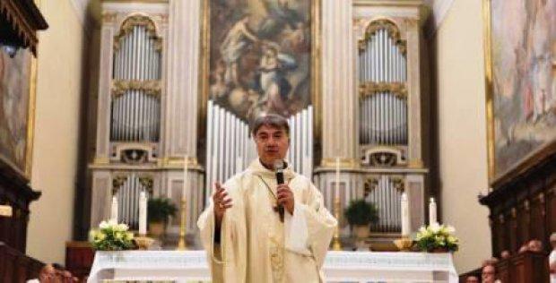 Il vescovo monsignor Domenico Battaglia