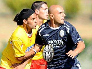 Siena-Benevento: il centrocampista giallorosso Cejas contrasta Maccarone ( foto www.acsiena.it)