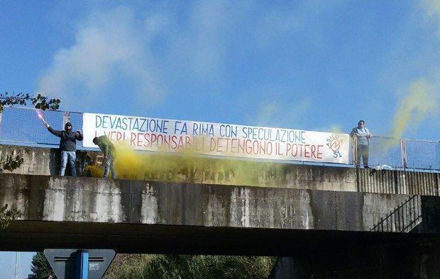 Uno degli striscioni affissi in citta'