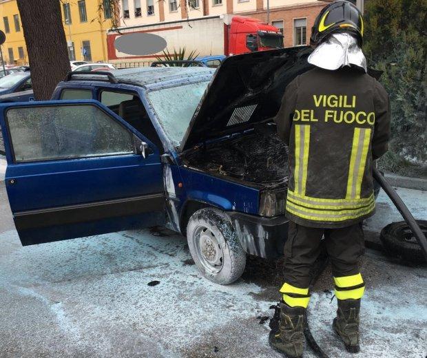 Incendio auto viale San Lorenzo