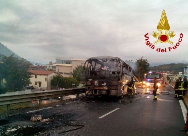Autobus di linea va a fuoco sul raccordo autostradale Avellino - Salerno