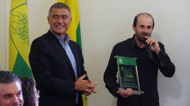 Russo (a destra) premiato da Pecoraro Scanio