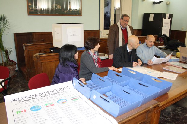 Insediamento del Seggio Elettorale, presieduto dall'ing. Gennaro Fusco, presso la Sala Consiliare della Rocca dei Rettori