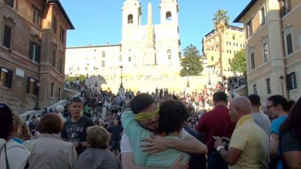 Free hugs a Piazza di Spagna, il flash mob piu' affettuoso del mondo