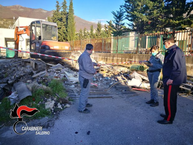 Carabinieri di Polla e Carabinieri Forestali individuano discarica abusiva con rifiuti pericolosi