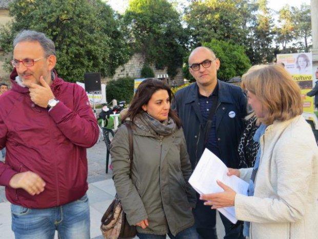 Nicola Sguera (centro) e Marianna Farese (dx) del M5S