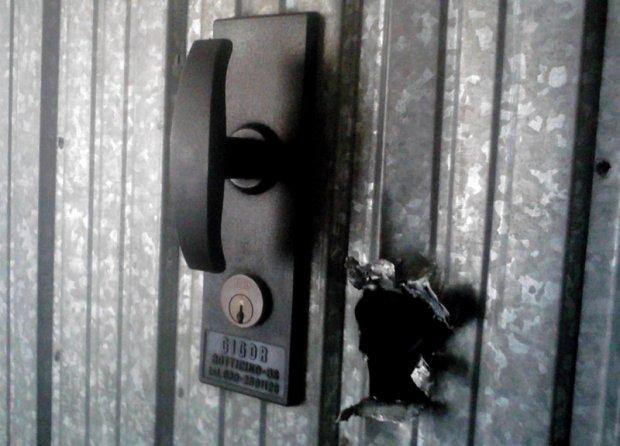 Foro nella porta basculante di un garage