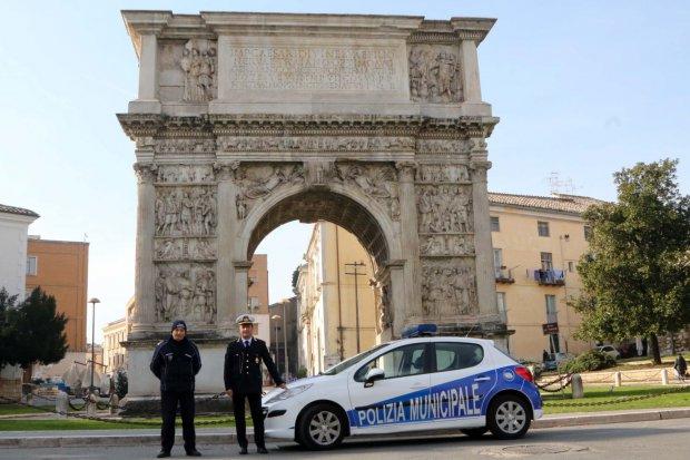 Benevento. Arco Traiano - Il vice comandante della Polizia Municipale, Fioravante Bosco