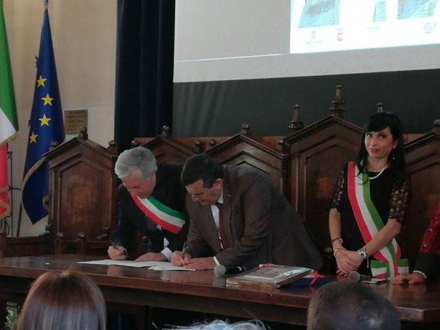 Firma del documento di gemellaggio Pietrelcina Betlemme