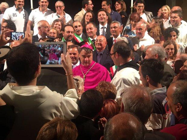 Mons. Domenico battaglia con sindaci e fedeli