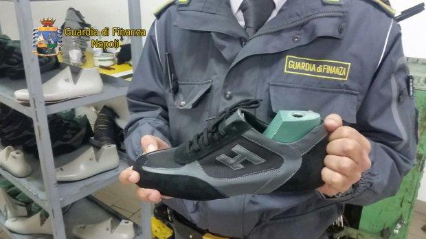 Guardia di Finanza di Napoli, scoperta fabbrica di Hogan false