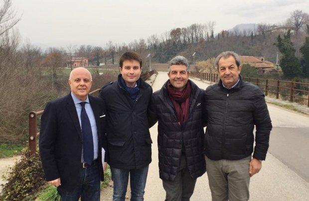 Da sinistra: Salvatore Minicozzi, Francesco Maria Rubano, Nino Lombardi e Zosimo Maiolo durante il sopralluogo (Strade provinciali area TiternoI