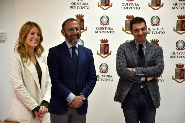 Il Questore di Benevento Giuseppe Bellassai con Chiara Marciani ed Erasmo Mortaruolo  (archivio)