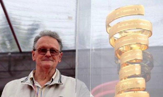 Castellano vicino al trofeo del Giro d'Italia