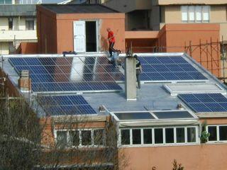 Posa in opera di pannelli fotovoltaici sul tetto di un edificio