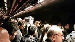 Stazione Garibaldi a Napoli, gente ammassata sul marciapiede in attesa della metro