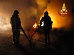 I Vigili del Fuoco intervengono per spegnere un incendio auto