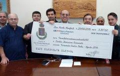 L'assegno consegnato alla Caritas