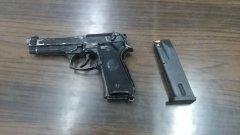 In fuga alla vista della Finanza: arrestato figlio di un boss (la pistola sequestrata)