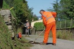 Manutenzione strade, operai al lavoro