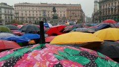 Addio a Dario Fo, un fiume di ombrelli per l'ultimo saluto sotto il diluvio