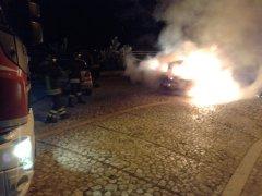 Auto in fiamme. (Immagine di repertorio)