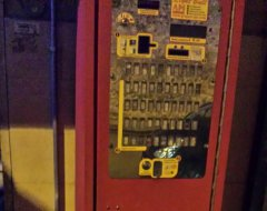 Distributore di sigarette danneggiato da esplosione petardo